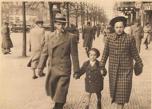 Den sudettyska familjen Mlnarik i Prag 1938. Bilden är tagen före avresan till Sverige.
