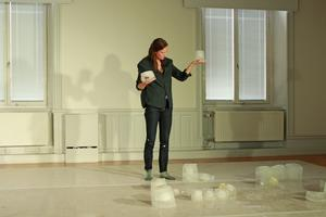 Ellinor Ljungkvist, ursprungligen från Örebro, har koreograferat kvinnliga performanceartisters egna berättelser om bland annat våld.