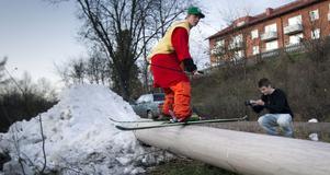 Ett rör mellan två snöhögar ger bra glid och balansträning.