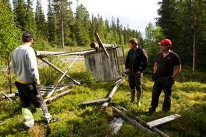 Det blir en tung och jobbig start på älgjakten för jaktlagen i trakterna kring Sällsjö och Ågårdarna. Nästan alla jakttorn längs vägen har vandaliserats och de måste återställas innan jakten kan dra igång.