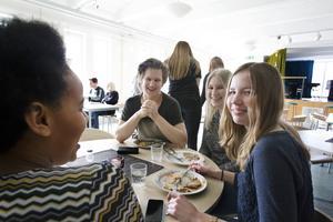 Isak Eksell, Charlotta Wahlgren, Ellen Persson och Nadia Sultan Moussa låter sig väl smaka av maten som serveras.