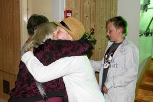 Eleverna på Ope skola fick en kram och var sin ros av personalen på avslutningen.