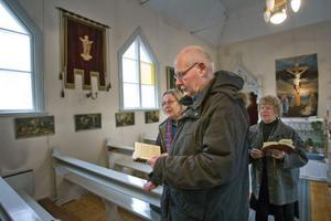Per-Olof Andersson, Elisabeth Andersson och Alice Palm på korsvägsandakt i katolska kapellet i Forsa.
