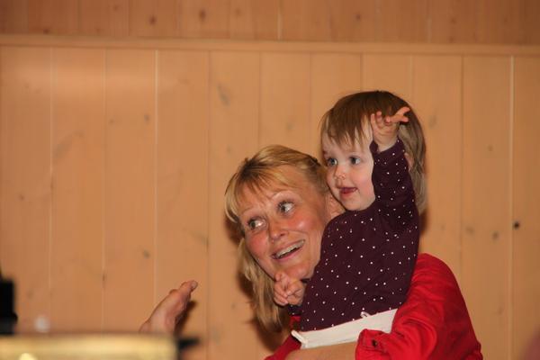 Bilden är tagen vid kören Chorax ABBA konsert i Korpen, SkinnskattebergAgneta Brandt är med i kören och sjunger. I pausen passade barnbarnet Maja på att ge sin farmor en kram