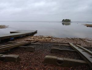 Lågvatten. Kyrkbåtsroddarna i Orsa har fått sin säsongsstart försenad på grund av det låga vattenståndet i Orsasjön. På bilden ligger bryggorna på land och i vattenbrynet ses de björkstockar som används för att få båtarna i sjön.