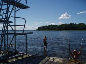 Denna bild tog jag på Midsommardagen i år. Vi var hela familjen och badade på Östraholmen. Vår äldsta son Marcus tyckte det var jättekul att hoppa från hopptornet, och jag lyckades ta en kul bild när det ser ut som om han står på vattenytan.