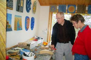 Katarina Stenberg är intresserad av hur Thord Vaktnäs jobbar med sina träreliefer.Foto: Carin Selldén