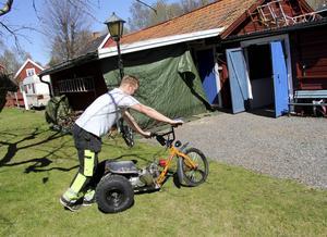 Ted Lillevold har korsat en minicross med en BMX. En hel del svetsande och konstruktionsarbete senare blev det en trehjulig drifting-trike.