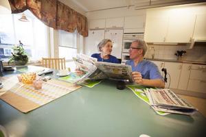 Stina Olsson, här tillsammans med sjuksköterskan Sven Erixon, har aldrig ramlat. Men några andra brukare på Bonden på Frösön har lätt för att falla.