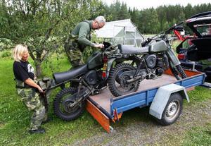 Lillian Gundt och Magnus Gunnarsson från frivilliga motorcykelklubben lastar av sina cyklar.
