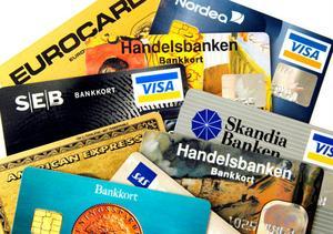 Bankerna tar ut olika avgifter för de tjänster som de erbjuder sina kunder.
