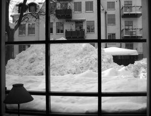 Snö överallt, bilden av en snöhög tagen genom Stadsbibliotekets fönster.