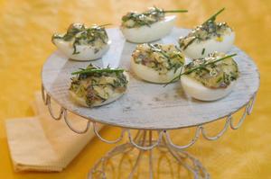 Krämig gubbröra passar fint på ägghalvorna.