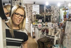 Caroline Fredin i sin inredningsbutik.