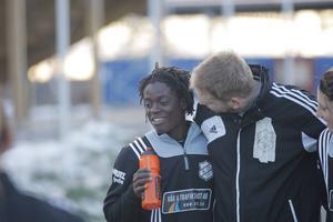 Tabitha Chawinga tillsammans med andretränaren Mikael Staaf efter en träning på B-planen på Arenan.