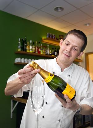 """Fransmannen Frédéric Boussard, som driver Bistro du Lac på Lillå-udden, har varit i Champagne och på nära håll studerat hur man gör det mousserande vinet. """"Det ligger många timmars hårt arbete bakom varje flaska"""". Han tycker att västeråsarna är duktiga på både fransk mat och champagne."""