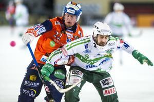 Ville Aaltonen i kamp med Västerås lagkapten Magnus Joneby i en match från förra säsongen.