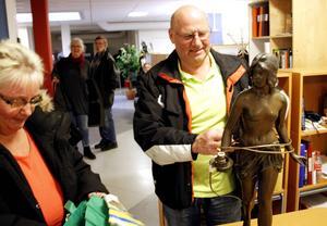 Annika och Lars-Olov Eriksson kunde nöjda packa ner skulpturen efter antikexpertens utlåtande.