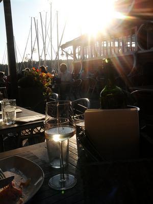 Allt somrigt på en bild! God mat, vin, sol och segelbåtar.