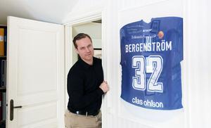 Jens Bergenström studerar till mäklare. Hans första objekt till försäljning, tillsammans med sin handledare och mäklare Ammi Troive, är Jens mentors villa i Insjön. Inne i villan hänger Jens matchtröja inramad och signerad.
