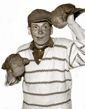 Slagfärdig komiker. Rune Johansson i en av sina populära rollgestaltningar, boxaren. Rune Johansson levde 1923–2008 och kom att bli en känd lokal kulturpersonlighet. Å 1997 fick han ta emot Nora kommuns kulturpris.