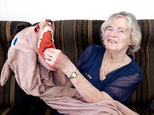 Maj Fundin letar fram sin gamla åsnedräkt som hon använde under skridskoundervisningen ibland.