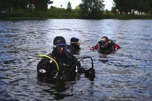 Städning under vattnet. Jesper Engberg, Glenn Wik och Mikael Larsson från Västerdalarnas Dyksällskap kontrollerar botten vid starten för Vansbro Tjejsim. Dom hittar bland annat en stålvajer.