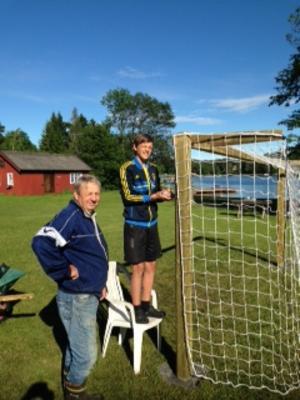 Erik och morfar bygger fotbollsmål.