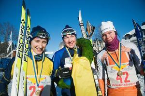 Kristinaloppets vinnare, Nina Lintzén, flankerad av tvåan Emma Eriksson till höger och trean Karin Vemhäll till vänster.