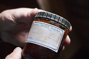 I ladugården som tillhörde den gamla fäboden fanns djur fram till början av 1950-talet. Här finns även gamla medicinburkar. Denna från apoteket Örnen i Sandviken har innehållit juversalva.