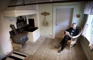 Interiören är genuin i den gamla bagarstugan. Jan Axel Nordlander ser dock ett renoveringsbehov innan någon stadigvarande verksamhet kan bli aktuell.