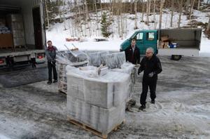Martin Nyström, Bertil Forsmark och Holger Persson lastar av möbler som ska inrymma de elva lägenheter där asylsökande ska bo.