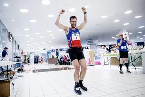 Svein-Erik Bakke, 49, siktar på att kvala in till Western states, som tillsammans med UTMB är världens mest prestigefyllda ultralopp. Maratonloppet i Mariebergs galleria var ett simpelt träningspass för norrmannen som flugit in från Oslo – men han passade ändå på att vinna det ...