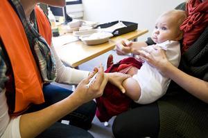 Insändarskribenten Jenny Lundberg anser att spädbarn borde få växa upp och skaffa ett eget immunförsvar i stället för att vaccineras mot allvarliga sjukdomar, vilket vi i dag gör.