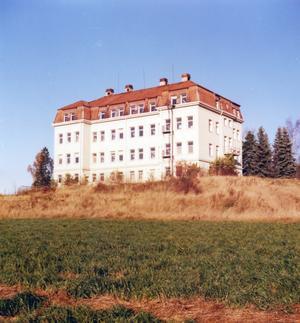 En ståtlig byggnad. Kommunhemmet i Åvestbo var kombinerat fattighus, ålderdomshem och barnhem för 100 år sedan. Nya tider kom och efter några decennier som alkoholistanstalt revs det.