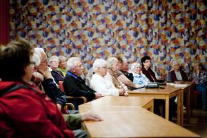 Drygt 50 personer kom till mötet. De fick bland annat höra att det råder bra stämning bland personalen på den bantade vårdcentralen och att stafettläkarna kan vara både svenska och utländska och blev dessutom lovade bättre rutiner för provsvar.