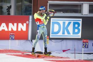 Fredrik Lindström hade, liksom många andra, en tuff dag på skjutvallen. Här i stående skyttet där det blev hela tre bom i de svåra förhållanden som gällde under lördagens sprint vid världscupen i Östersund.