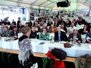 Marlene Ström från kommunikationsbyrån Trampolin PR var konferencier under torsdagens vindkraftsseminarium på Östersunds skidstadion.