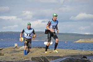 Jonas Boström och Björn Mårtensson var uppe en sväng på klipporna innan de skulle i vattnet igen.