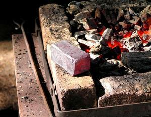 RESULTATET. Av 200 kilo rödjord blir det i bästa fall två kilo ämnesjärn, en järn-ten.RÖDJORD. Från vänster färsk rödjord, torkad rödjord och rostad rödjord.