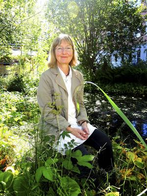 Satu Sundström i skolträdgården på högskolan i Falun där hon arbetat och stortrivts sedan 2001.