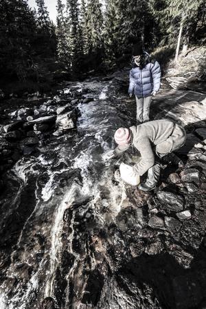 I Skutån hämtar Claire och Richard vatten. Det blir många turer dit när även hundarnas dricksvatten ska hämtas där.