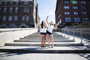 Olivia Öhlund och My Almér vid Stortorget där deras idoler spelar på lördag. Foto: Emma Dahlquist