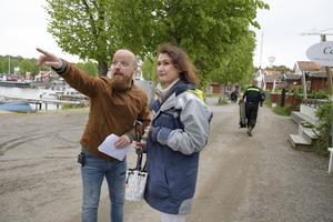 Statistansvarige Peter Enberg instruerar författaren Viveca Sten inför hennes statistroll under inspelningarna av den sista filmen om