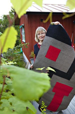 Ulla Forsberg ser mönster i allt.En bankomat blev mönster till en matta..
