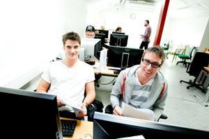 Joel Forssell och Simon Gramer deltar i projektet Jobbresan. De är båda arbetslösa och ser fram mot jobb Oslo. De ger det nya landet något år innan de återvänder till Söderhamn.