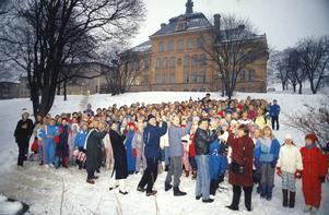 Utomhuskonsert av Fryxellska skolans musikklasser och deras lärare; från vänster Anita Svärd, Göran Svanström, Carl-Henrik Naeslund, Sven Dahlberg, Ingela Johnsdotter och Ellinor Carlsson. Fotot togs 9 december 1988.