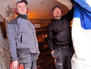 Säkrar tunneln. Byggarbetarna Mikael Broström och Johan Tyberg från Picea bygg arbetar med att sätta upp plåt och limträbalkar i Östertunneln. Picea bygg arbetar åt Infranord, som i sin tur är entreprenör åt Trafikverket.