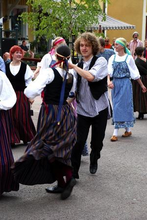 En sväng om. I paraden dansades det från början till slut. Här är medlemmar ur finländska gruppen Petkele. Foto:Christian Larsen