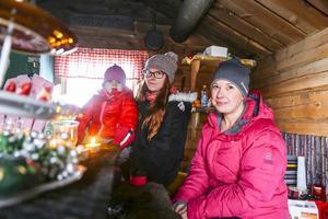 Louise, Ida och Denise Hillhage fixade loppis i Störrösen, eldstugan, på Risnäset.